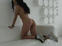 Красавица в гостиной разделась и прошлась перед камерой