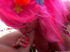 Жена в розовом парике мужу перед камерой хер насосала в ванной