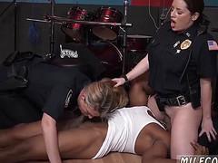 Две полицейские на члене гангстера получают кайф