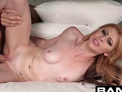 Сексуальный мужчина рыжую модель трахнул на постели