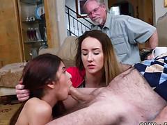 Две молодки нежно ласкают губами длинный хуй старика