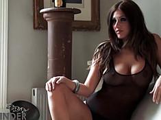 Красотка сняла с себя одежду и помассировала грудь
