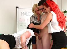 Три подружки на собеседовании развлекаются с членом в офисе