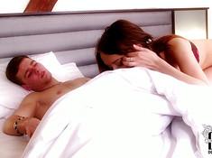 Рыжая залезла под одеяло к спящему парню и соснула его пенис