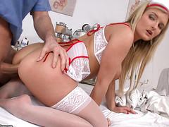Молодой доктор медсестру в очко трахнул в больнице