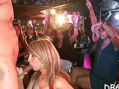 Пьяные сотрудницы фирмы стриптизеру сосут на вечеринке