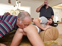 Старик полизал попку молодой девки при ее отце