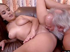 Ебливая девушка со старым замутила секс в гостиной