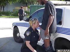 Сотрудница полиции делает минет на улице негру