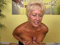 Женщина охотно мастурбирует зрелому трахарю длинный хрен