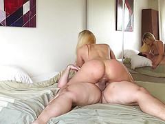 Толстяк и блондинка в спальной комнате ебутся и снимают