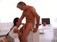 Седой владелец компании трахает секретаршу на столе