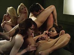 Начальник с четырьмя сотрудницами устроили секс в офисе