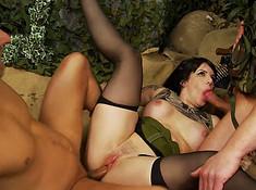 Девка долбится с двумя военными на базе и глотает спермак