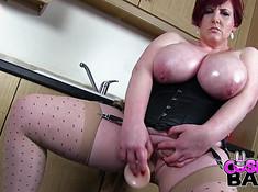 Жирная мамаша на кухне сует дилдо в очко и влагалище