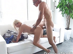 Блондинка встала раком и трахнулась с мускулистым негром