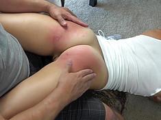 Мужчина страстно девушку отхлестал по заднице