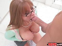 Мама девушки берет в рот толстый хуец