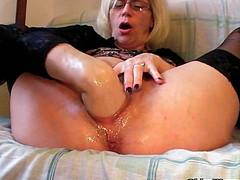 Ебливая бабушка сует руку в пизду