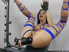 Спортсменка принимает огромный дилдо в жопе