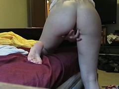 Шалунья мастурбирует, спрятав лицо