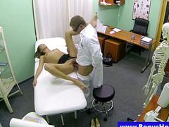 Брюнетка согласилась на секс с врачом