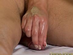 Опытная красотка возбудила член массажем