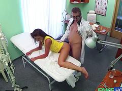Симпатичный доктор трахнул горячую пациентку