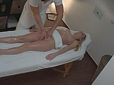 Скрытая камера в кабинете массажа снимает видео