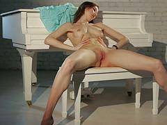 Пианистка красиво развела в стороны ноги