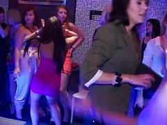 Красотки отсасывают члены в стриптиз-клубе