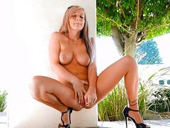 Блондинка мастурбирует киску фаллоиммитатором