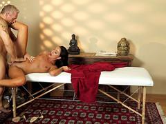 Загорелая девка потрахалась с массажистом
