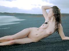 Туристка обнажается на пляже поздним вечером