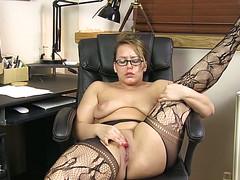 Горячая женщина дрочит пизду на работе