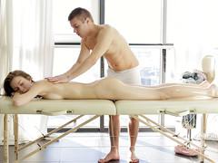 Нежная девушка решилась на секс с массажистом на топчане